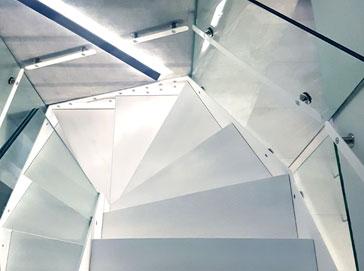 Schody zabiegowe wewnętrzne Atrium Prosto Bianco
